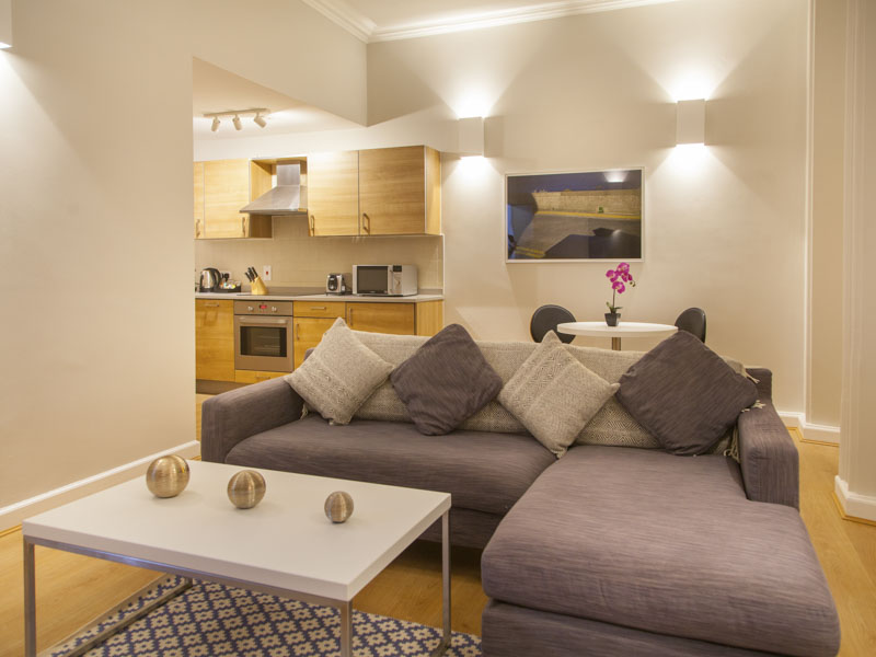 PREMIER SUITES PLUS Glasgow one bedroom modern kitchen in serviced apartment