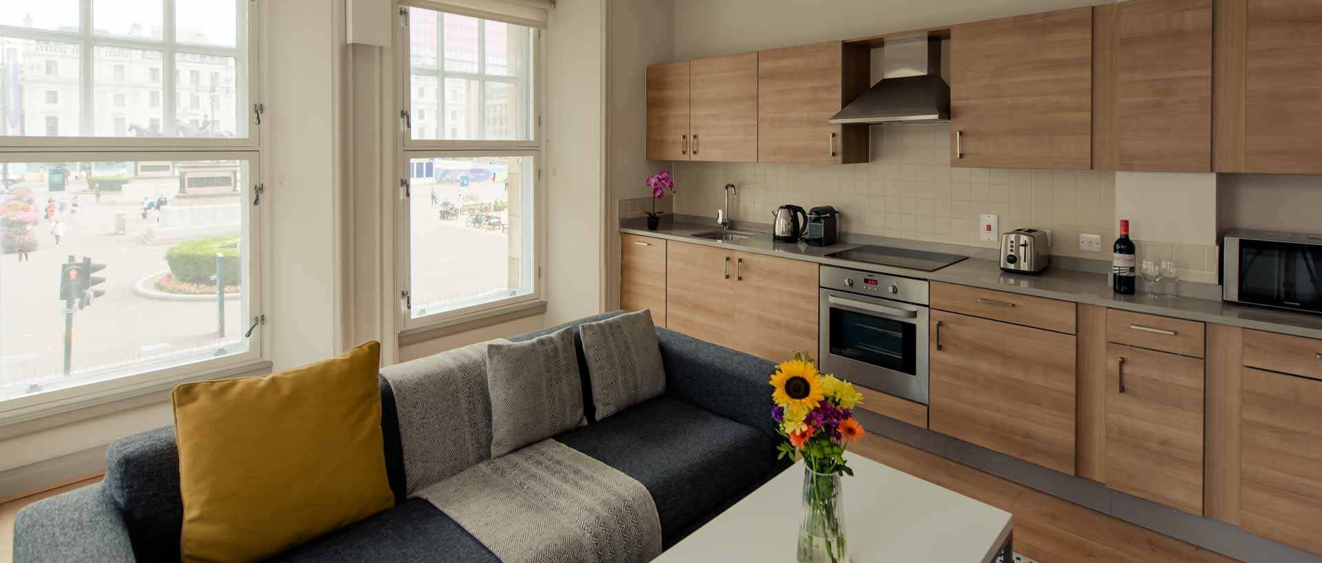 Kitchen and living space PREMIER SUITES PLUS Glasgow George Square