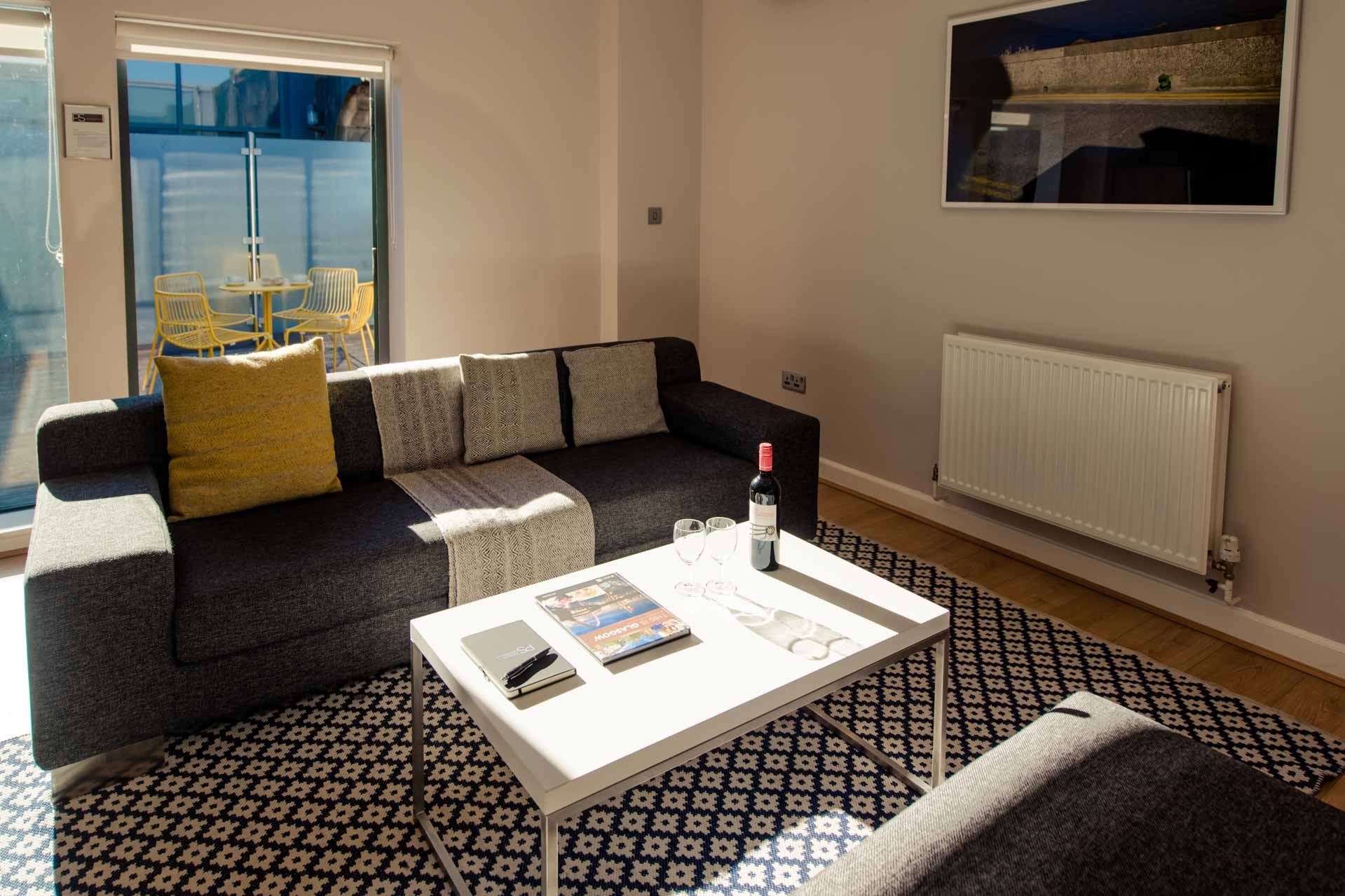Living room with outdoor terrace PREMIER SUITES PLUS Glasgow George Square