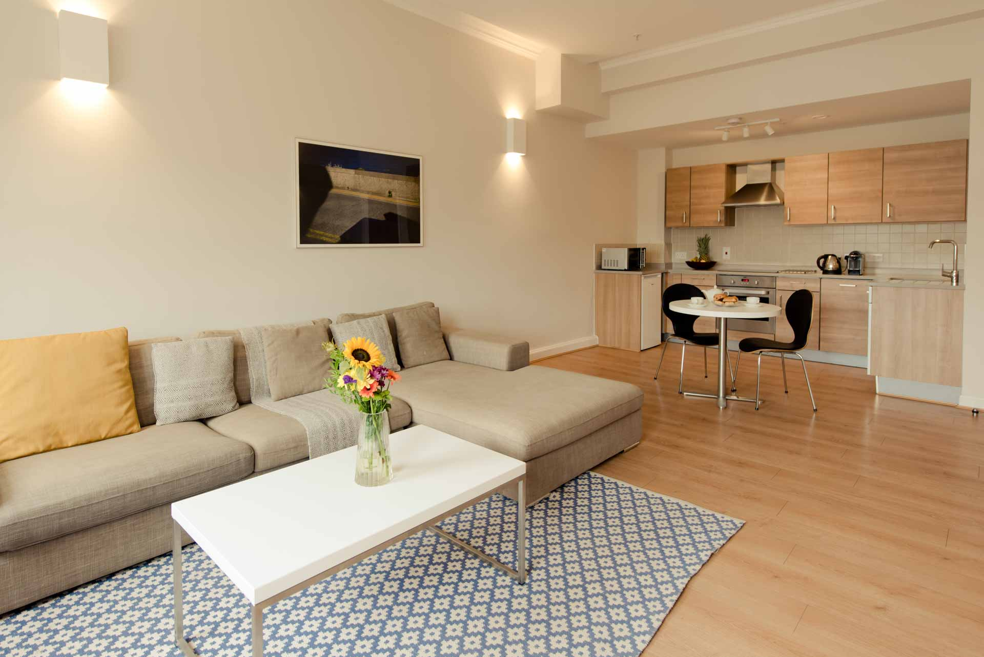 Living and kitchen area PREMIER SUITES PLUS Glasgow George Square